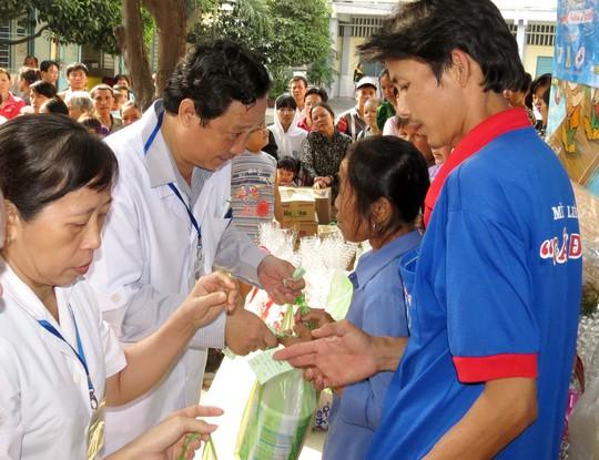 Các BS của BV Nhi Đồng 1 đang trao quà Tết cho cha mẹ các bệnh nhi