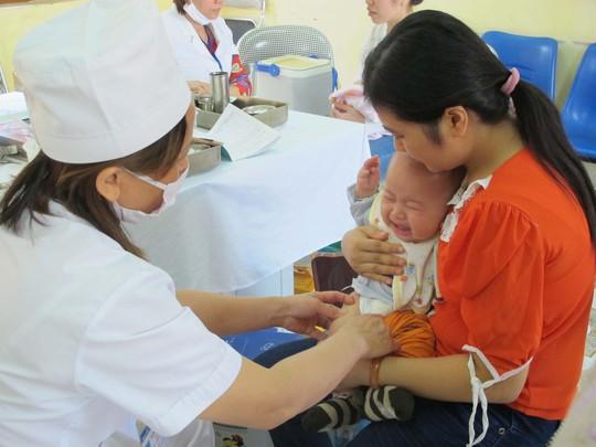 Bộ Y tế khuyến cáo người dân đưa trẻ đến các điểm tiêm chủng miễn phí ở xã phường, không nên chờ để tiêm vắc-xin dịch vụ. Trong ảnh: Tiêm chủng vắc-xin tại một phường ở Hà Nội