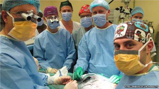 Nhóm phẫu thuật viên ở Nam PhiẢnh: BBC