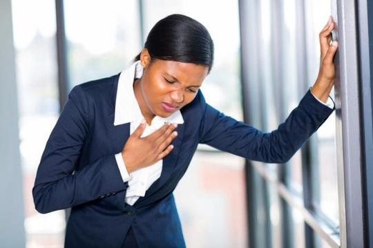 Rối loạn hoảng sợ và đau tim có một số triệu chứng giống nhau Ảnh: MNT