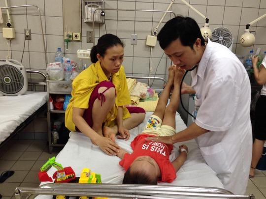 Bệnh nhi viêm não đang được điều trị tại Khoa Nhi Bệnh viện Bạch Mai