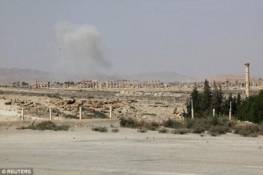 Khói bốc lên từ Palmyra khi IS chiếm quyền kiểm soát hoàn toàn thành phố này. Ảnh: Reuters