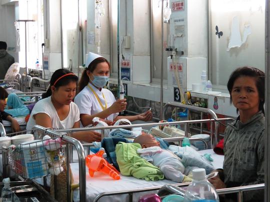 Bé Nguyễn Thành Đạt cũng phải nằm lại khoa Tiêu hóa. Đã 2 năm nay, Đạt bị hành hạ bởi những lần xuất huyết tiêu hóa, xuất huyết qua đường miệng, tai… và phải thường trú.