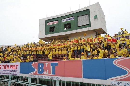 CĐV Thanh Hóa nhuộm vàng sân Long An