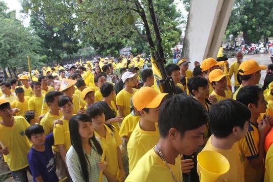 Hàng ngàn người chen chúc nhau vào cửa