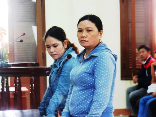 Bà Ngô Thị Tuyết (phải) và chị Trần Thị Tâm không đồng ý với phần luận tội của VKS