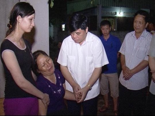 Ông Đinh Chung Phụng, Phó chủ tịch UBND tỉnh Thanh Hóa tới thăm hỏi động viên gia đình có người tử vong do sét đánh