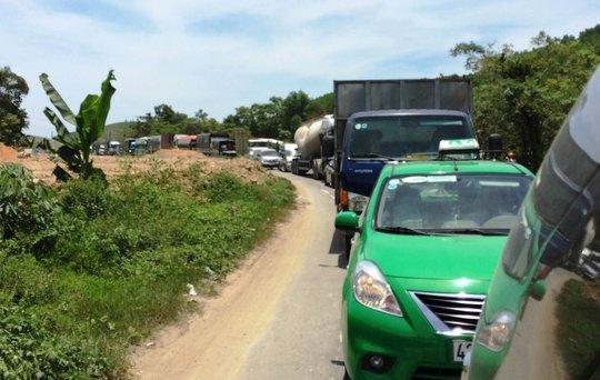 Nhiều phương tiện phải xếp hàng kéo dài chờ qua đoạn đường