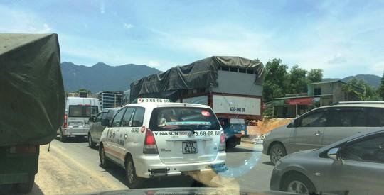Các phương tiện lưu thông phải di chuyển chậm