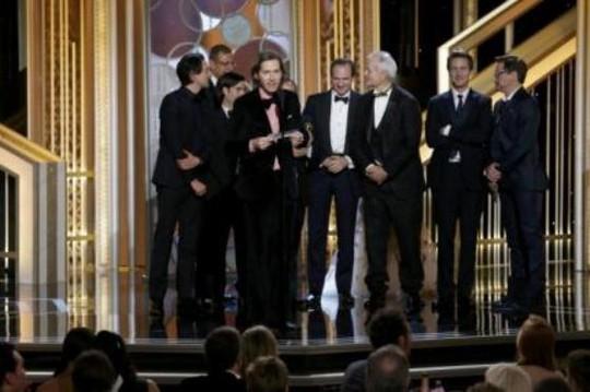 Ê-kíp phim The Grand Budapest nhận giải Phim điện ảnh hài/nhạc kịch xuất sắc nhất. Ảnh: Reuters