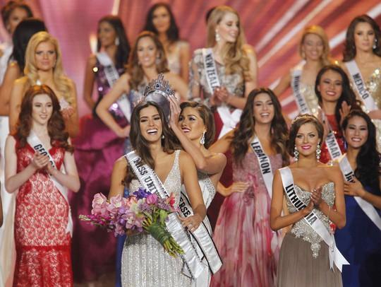 Paulina Vega đăng quang Hoa hậu Hoàn vũ 2014. Cô hạnh phúc trong khoảnh khắc nhận chiếc vương miện đắt giá từ cựu Hoa hậu Hoàn Vũ Gabriela Isler. Ảnh: Reuters