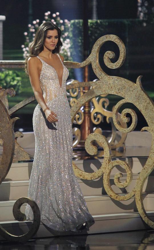 Cô diện bộ đầm dạ hội lộng lẫy. Ảnh: Reuters