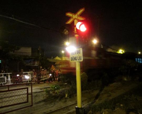 Một số nhân chứng cho biết, nam thanh niên có biểu hiện muốn tự tử nên đã cố tình đi ngang đầu tàu hỏa (trong ảnh: Đoàn tàu chạy hướng Nam – Bắc cách vị trí xảy ra tai nạn khoảng 300 m)
