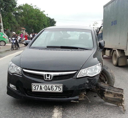 Xế hộp gây tai nạn liên hoàn bị gãy bánh trước.