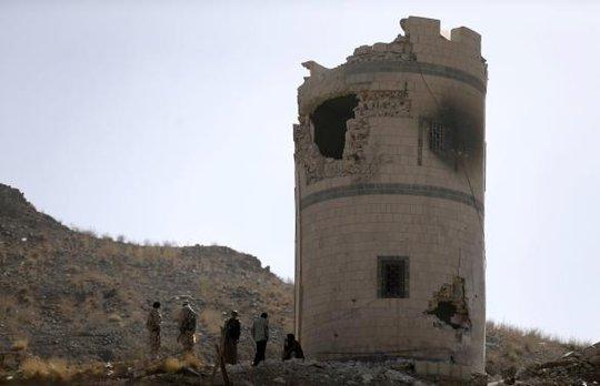 Các tay súng Houthi chiếm giữ một trạm kiểm soát tại doanh trại vệ binh tổng thống hôm 20-1. Ảnh: Reuters