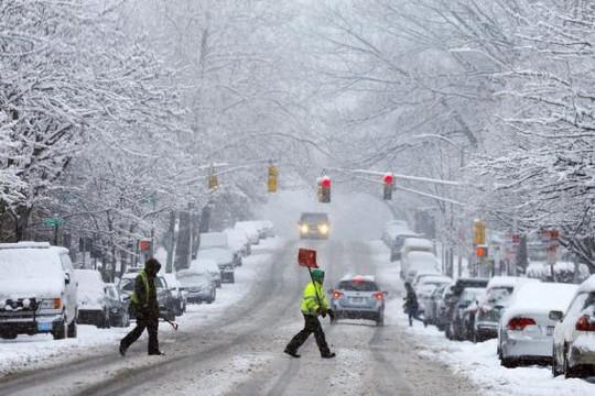Hoạt động giao thông bị ảnh hưởng nặng nề. Ảnh: Reuters