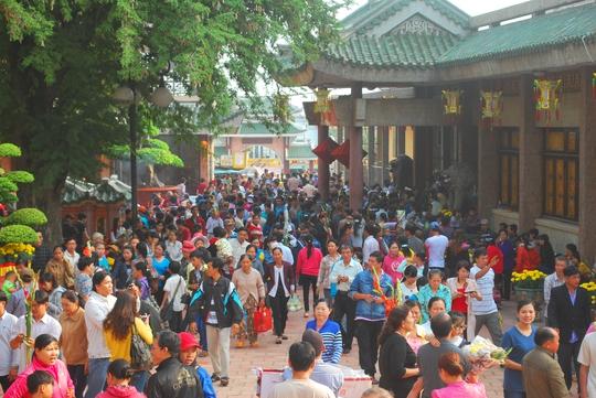 Vào những ngày cao điểm, có đến hơn 60.000 lượt khách đến miếu Bà Chúa Xứ núi Sam để tham quan, cúng bái