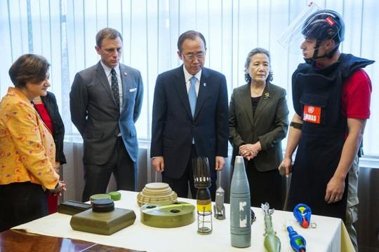 """Sao phim """"James Bond"""" trở thành đại sứ chống bom mìn"""