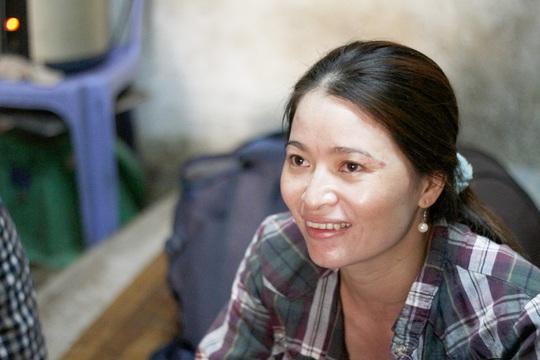 Chị Nguyễn Thị Ánh Hồng vui mừng chờ đợi giờ phút nhận lại được số tiền 5 triệu yen