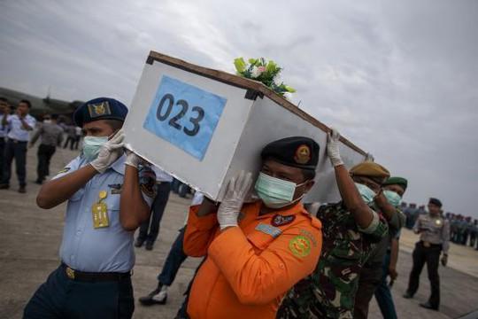 Thi thể nạn nhân QZ8501 được chuyển về đất liền. Ảnh: Reuters