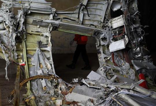 Phần đuôi máy bay được kiểm tra hôm 19-1. Ảnh: Reuters