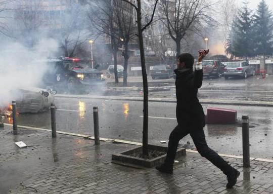 Người biểu tình ném đá và bom xăng vào cảnh sát. Ảnh: Reuters