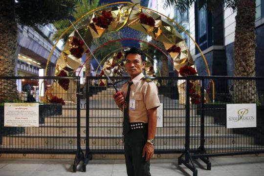 Khu vực xung quanh trung tâm thương mại Siam Paragon được phong tỏa hôm 2-2. Ảnh: Reuters