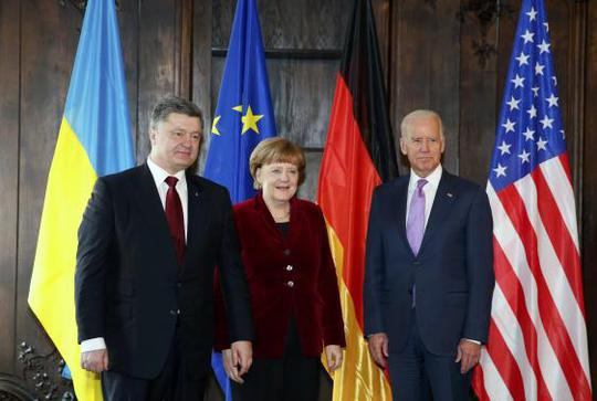 Bà Merkel (giữa), Tổng thống Ukraine Petro Poroshenko (trái) và Phó Tổng thống Mỹ Joe Biden (phải) trong cuộc họp tại Hội nghị An ninh Munich lần thứ 51. Ảnh: Reuters