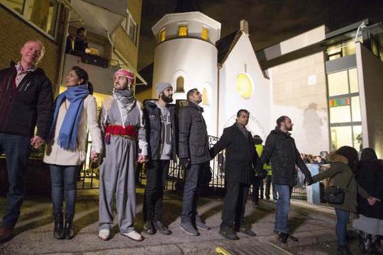 Vòng tròn hòa bình ở Na Uy. Ảnh: Reuters