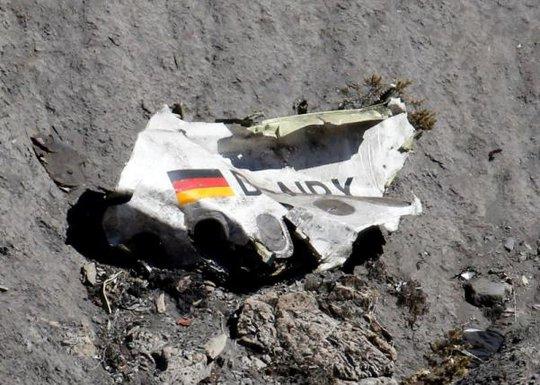 Mảnh vỡ còn sót lại của máy bay gặp nạn. Ảnh: Reuters
