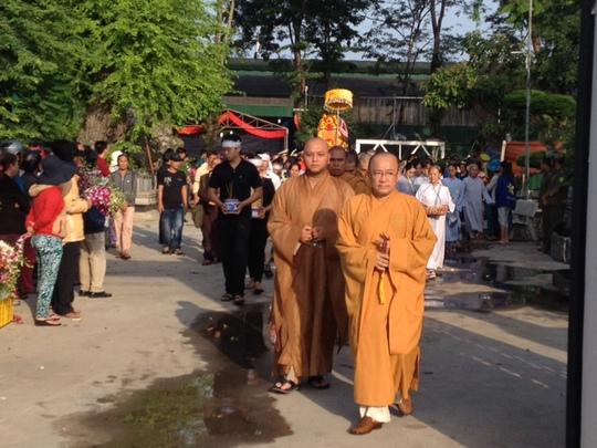 Các nhà sư thực hiện nghi thức tụng niệm trong tang lễ