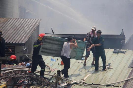 Lực lượng chữa cháy tích cực chữa lửa suốt nhiều giờ liền