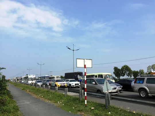 Kẹt xe nghiêm trọng trên đường cao tốc Trung Lương