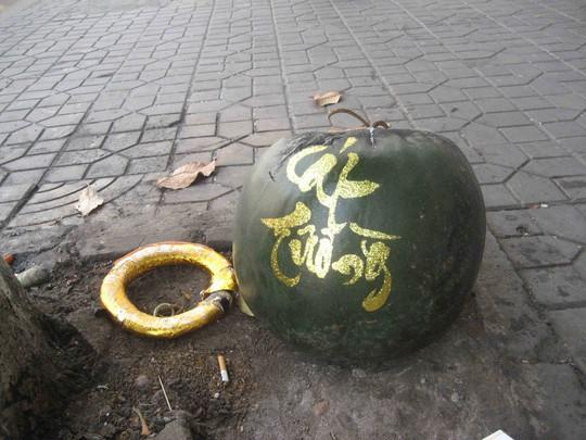 Trái dưa hấu nặng khoảng 20 kg, được vẽ chữ Cát Tường trông rất đẹp mắt cũng bị bỏ trên vỉa hè đường Trần Hưng Đạo