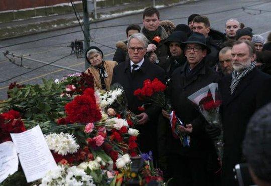 Người dân tưởng niệm ông Boris Nemtsov. Ảnh: Reuters