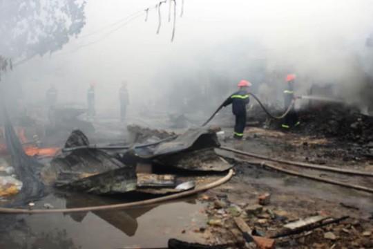 Hiện trường vụ cháy ở chợ Ba Đồn, khiến 24 gian hàng bị thiêu rụi