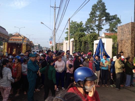 Hàng ngàn người dân đến đưa tiễn 6 nạn nhân lần cuối