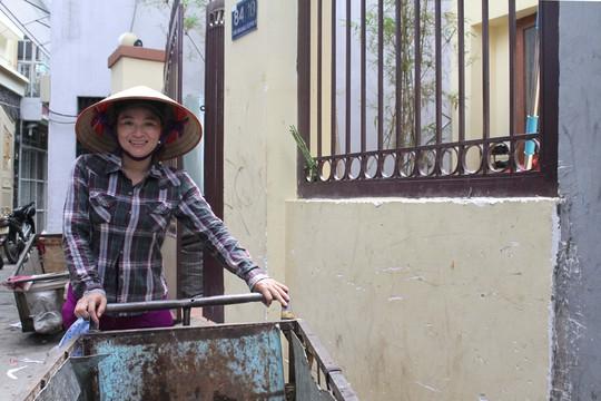 Sau khi chờ đợi và tiếp chuyện phóng viên báo, đài đến trưa, chị Hồng tiếp tục công việc đi mua ve chai
