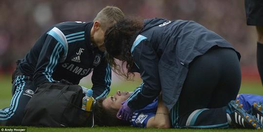 Oscar đau đớn sau khi Ospina lao cả người vào anh