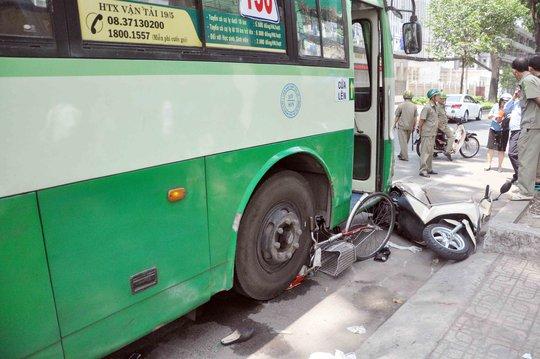 Chiếc xe buýt chồm lên cán nát một chiếc xe dặp và làm hỏng một chiếc xe gắn máy