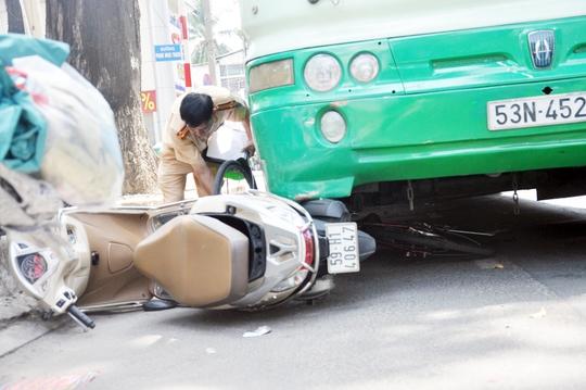 Lực lượng cảnh sát giao thông đang xử lý vụ tai nạn