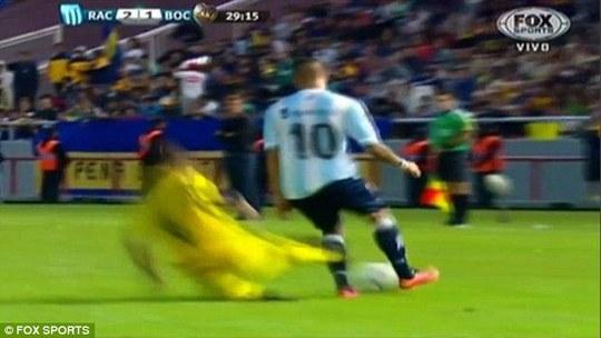 Cầu thủ của Boca Juniors đạp cả 2 chân từ phía sau cầu thủ của Racing