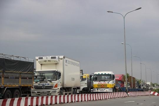 Cầu Phú Mỹ tê liệt sau tai nạn liên hoàn