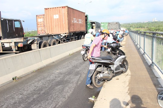 Lực lượng chức năng phải cho xe ô tô lưu thông vào làn xe máy