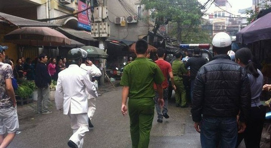 Lực lượng công an khống chế đưa ông Nguyễn Văn An về trụ sở - Ảnh: Facebook