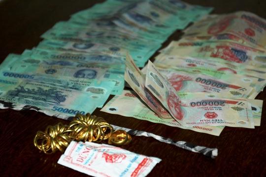 Tài sản cướp từ ông lão ăn xin bị cơ quan chức năng thu giữ từ các bị cáo
