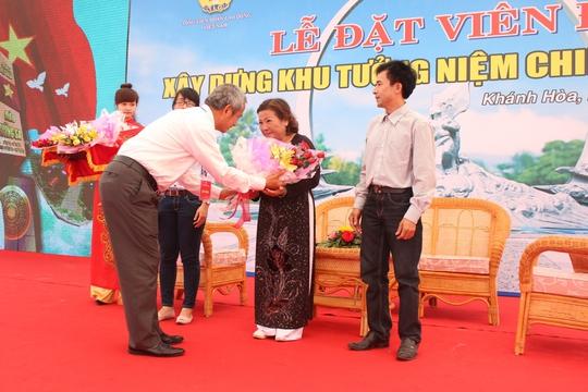 Chủ tịch Tổng LĐLĐ Việt Nam Đặng Ngọc Tùng, tặng hoa cho thân nhân các liệt sĩ Gạc Ma