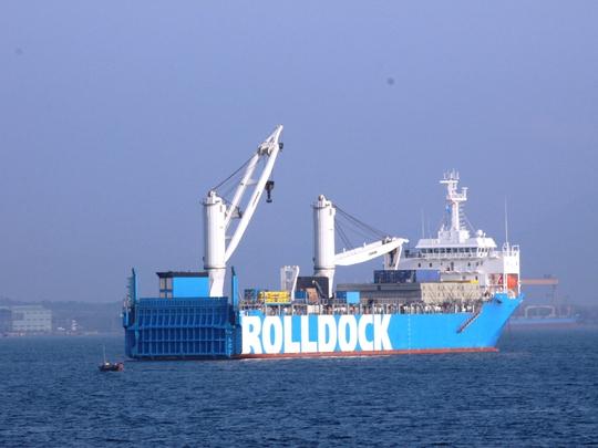 1.Tàu ngầm 185 – Khánh Hòa được tàu Rolldock đưa vào vịnh Cam Ranh