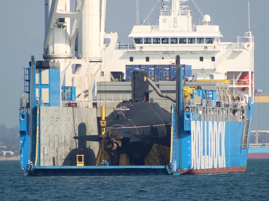 Các chuyên gia đang kiểm tra để hạ tàu ngầm đưa vào quân cảng