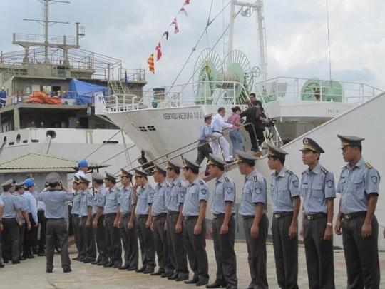 Những người tham gia buổi lễ đi thị sát tàu HAYATO